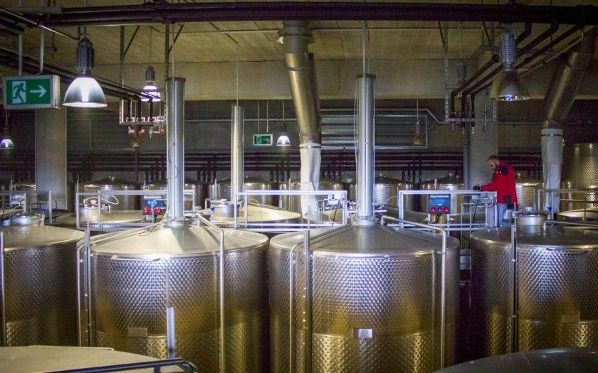 Cuvele de inox în care este depozitat vinul în timpul fermentatiei