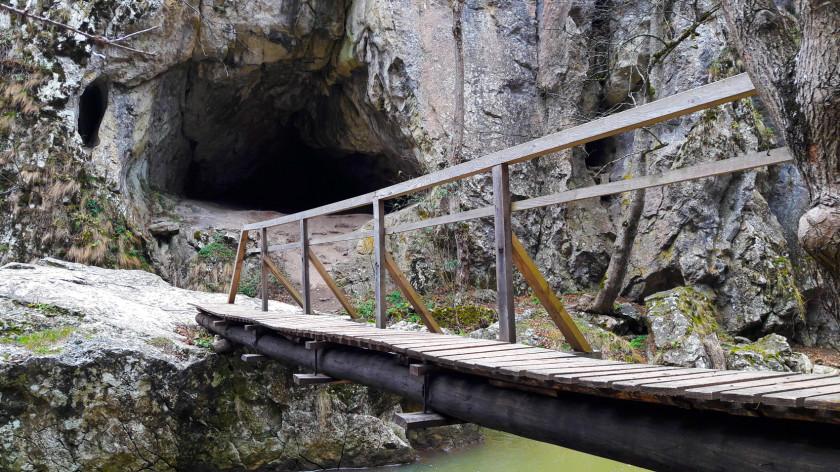 Cheile Varghisului - intrare in Pestera Sura Cailor